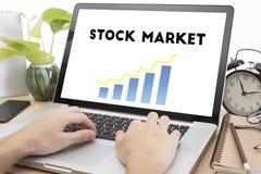 Entregue a datilografia no homepage do teclado e do mercado de valores de ação Foto de Stock