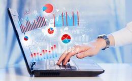 Entregue a datilografia no laptop moderno do portátil com ícones do gráfico Imagens de Stock Royalty Free