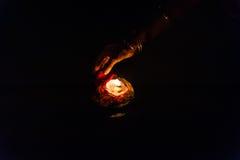 Entregue deixar uma vela ardente durante o aarti Imagens de Stock