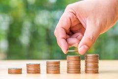 Entregue a doação de moedas na pilha foto de stock royalty free