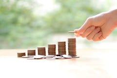 Entregue a doação de moedas na pilha, no negócio e na finança Fotografia de Stock Royalty Free