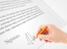 Entregue a escrita da assinatura pessoal em um formulário de papel Foto de Stock