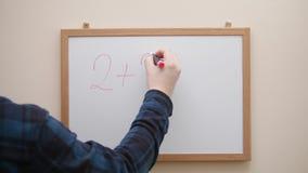 Entregue a escrita e a equação do desenho com o marcador na placa branca video estoque