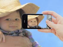 Entregue a factura do tiro do rapaz pequeno Imagens de Stock Royalty Free