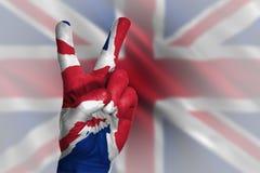 Entregue a fatura do sinal da vitória, Reino Unido pintou com a bandeira como o símbolo Imagens de Stock