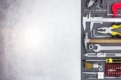 Entregue a ferramentas o compasso de calibre vernier, chaves de fenda, parafusos, brocas, bocados, Fotos de Stock Royalty Free