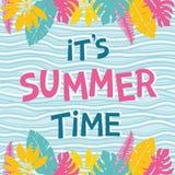 Entregue a frase da rotulação suas horas de verão no fundo abstrato do mar Imagem de Stock