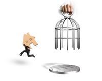 Entregue a gaiola e o homem da abertura que levam o corredor de madeira da casa Imagem de Stock Royalty Free