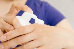 Entregue a garrafa do limpador da espuma da bomba de imprensa com fundo do banheiro do borrão conceito da higiene, musse foto de stock