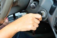 Entregue guardar a chave do carro para ligar o carro fotografia de stock royalty free