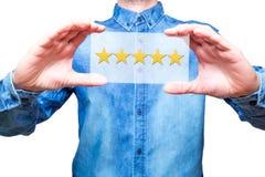 Entregue guardar cinco estrelas que avaliam em suas mãos, representando o busine Fotografia de Stock