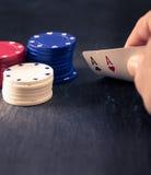 Entregue guardar dois áss, microplaquetas de pôquer, olhar retro da cor Foto de Stock Royalty Free