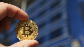 Entregue guardar a moeda de ouro de Bitcoin e a construção do negócio no Imagem de Stock