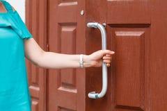 entregue guardar o botão de porta, porta de abertura levemente, foco seletivo fotografia de stock royalty free