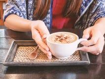 Entregue guardar o copo do café quente no café Fotografia de Stock