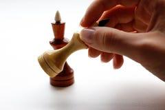 Entregue guardar o grupo de xadrez de madeira no fundo branco Xadrez preto Fotos de Stock
