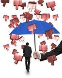 Entregue guardar o guarda-chuva para que o homem impeça os polegares 3D para baixo Foto de Stock