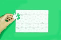 Entregue guardar o jogo branco do enigma de serra de vaivém no fundo verde ilustração stock