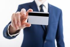 Entregue guardar o modelo branco vazio do cartão de crédito opinião de parte anterior foto de stock