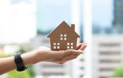 Entregue guardar o modelo home, casas felizes para famílias foto de stock royalty free