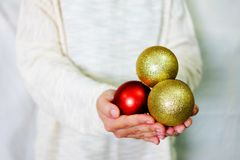 Entregue guardar o ouro e o ornamento vermelho com camiseta branca Fotos de Stock Royalty Free