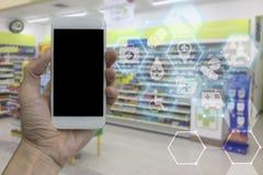 Entregue guardar o smartphone com a tela vazia preta sobre o pha borrado imagens de stock