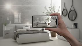 Entregue guardar o telefone esperto, aplicação da AR, simule a mobília e os produtos do design de interiores na casa real, concei imagem de stock