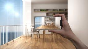 Entregue guardar o telefone esperto, aplicação da AR, simule a mobília e os produtos do design de interiores na casa real imagem de stock
