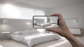 Entregue guardar o telefone esperto, aplicação da AR, simule a mobília e os produtos do design de interiores na casa real, concei fotos de stock