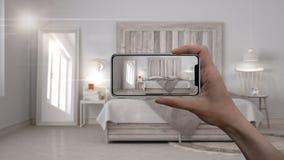 Entregue guardar o telefone esperto, aplicação da AR, simule a mobília e os produtos do design de interiores na casa real, concei fotografia de stock
