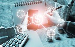 Entregue guardar o telefone esperto com as ferramentas eletrônicas da pena e do escritório, c Imagem de Stock Royalty Free