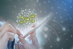 Entregue guardar o telefone esperto com meios sociais da tecnologia e ícone da rede global imagem de stock royalty free