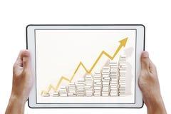 Entregue guardar a tabuleta digital com levantar acima gráficos da seta na tela, isolada no fundo branco Foto de Stock Royalty Free