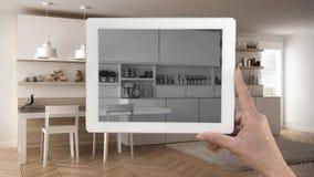 Entregue guardar a tabuleta que mostra o esboço moderno da cozinha ou a tiragem Re imagens de stock