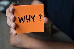 Entregue guardar um papel alaranjado com a palavra porque - por que? , Negócio Fotografia de Stock Royalty Free