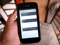 Entregue guardar um smartphone com três lembretes do calendário Imagens de Stock