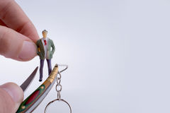 Entregue guardar uma faca de bolso perto de uma figura Imagens de Stock