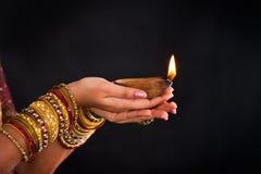 Entregue guardarar a lanterna durante o festival do diwali de luzes Fotos de Stock Royalty Free