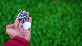 Entregue guardarar o compasso fotografia de stock royalty free