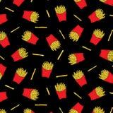 Entregue a ilustração tirada do vetor de batatas fritadas francês no teste padrão da caixa de papel no fundo preto Fast food Imagem de Stock Royalty Free