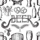 Entregue a ilustração tirada do vetor, grupo da cerveja, teste padrão sem emenda, ícone da cerveja Ilustração Royalty Free