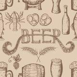 Entregue a ilustração tirada do vetor, grupo da cerveja, teste padrão sem emenda Imagens de Stock Royalty Free
