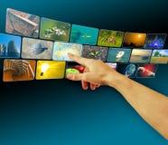 Entregue imagens da consultação no espaço virtual da tela de toque imagem de stock