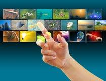 Entregue imagens da consultação no espaço virtual da tela de toque foto de stock royalty free