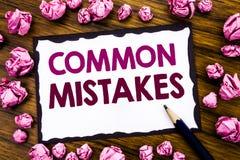 Entregue a inspiração do subtítulo do texto da escrita que mostra erros comuns Conceito do negócio para o conceito comum escrito  Imagem de Stock Royalty Free