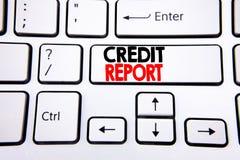 Entregue a inspiração do subtítulo do texto da escrita que mostra o relatório de crédito Conceito do negócio para a verificação d imagens de stock