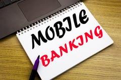 Entregue a inspiração do subtítulo do texto da escrita que mostra a operação bancária móvel Conceito do negócio para o e-banco do fotos de stock royalty free