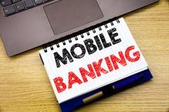 Entregue a inspiração do subtítulo do texto da escrita que mostra a operação bancária móvel Conceito do negócio para o e-banco do fotografia de stock