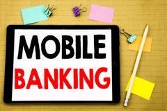 Entregue a inspiração do subtítulo do texto da escrita que mostra a operação bancária móvel Conceito do negócio para o e-banco do imagens de stock