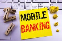 Entregue a inspiração do subtítulo do texto da escrita que mostra a operação bancária móvel Conceito do negócio para o e-banco do foto de stock royalty free